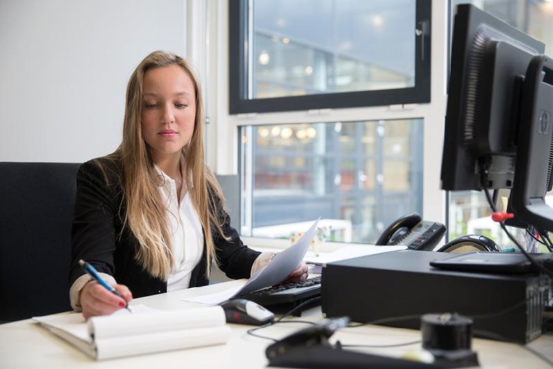 Inbrengen pornografische e-mails in ontslagzaak secretaresse, aangemerkt als 'onbetamelijk', maar geen maatregel
